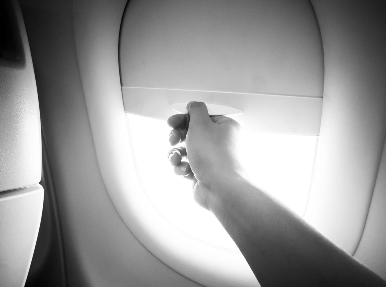 Flugzeugfenster, Blende schliessen