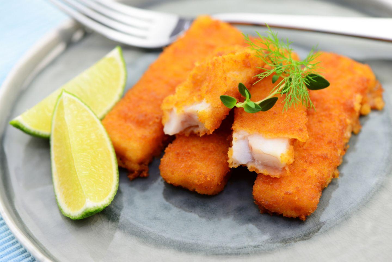 Fischstäbchen auf Teller