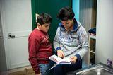 Mattia und seine Mutter bei den Hausaufgaben