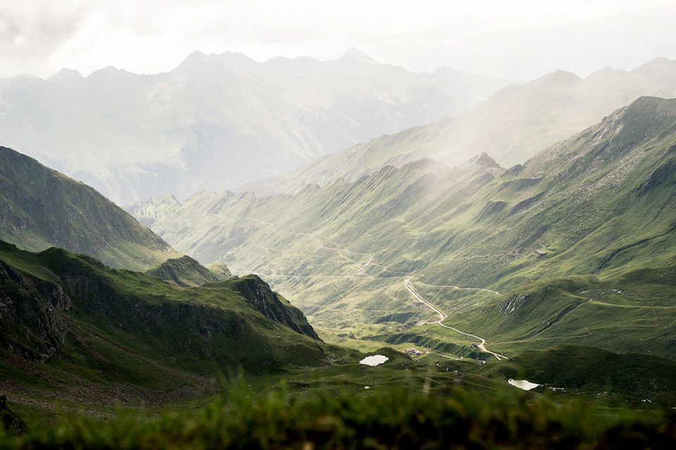 Blick von der Schneebergsscharte auf Moarbergalm im Lazzachertal und Ridnauntal, Südtirol, Italien.
