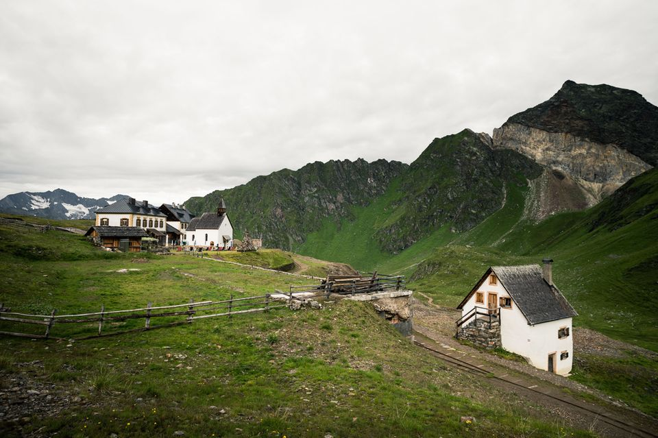 Schneeberghuette in St. Martin am Schneeberg, rechts die Guertelwand, Suedtirol, Italien.
