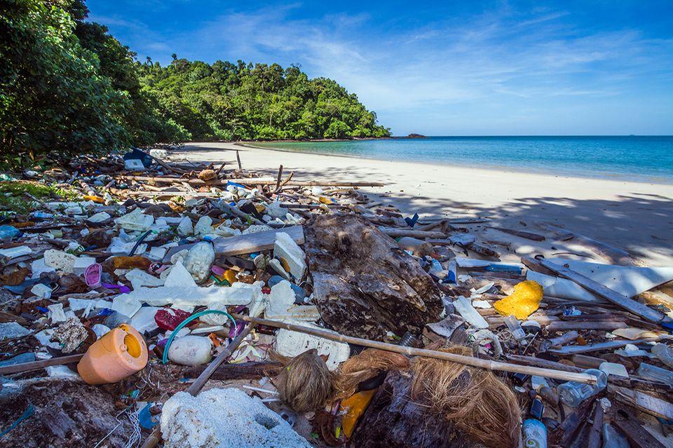 Plastikmüll liegt massenweise am Strand
