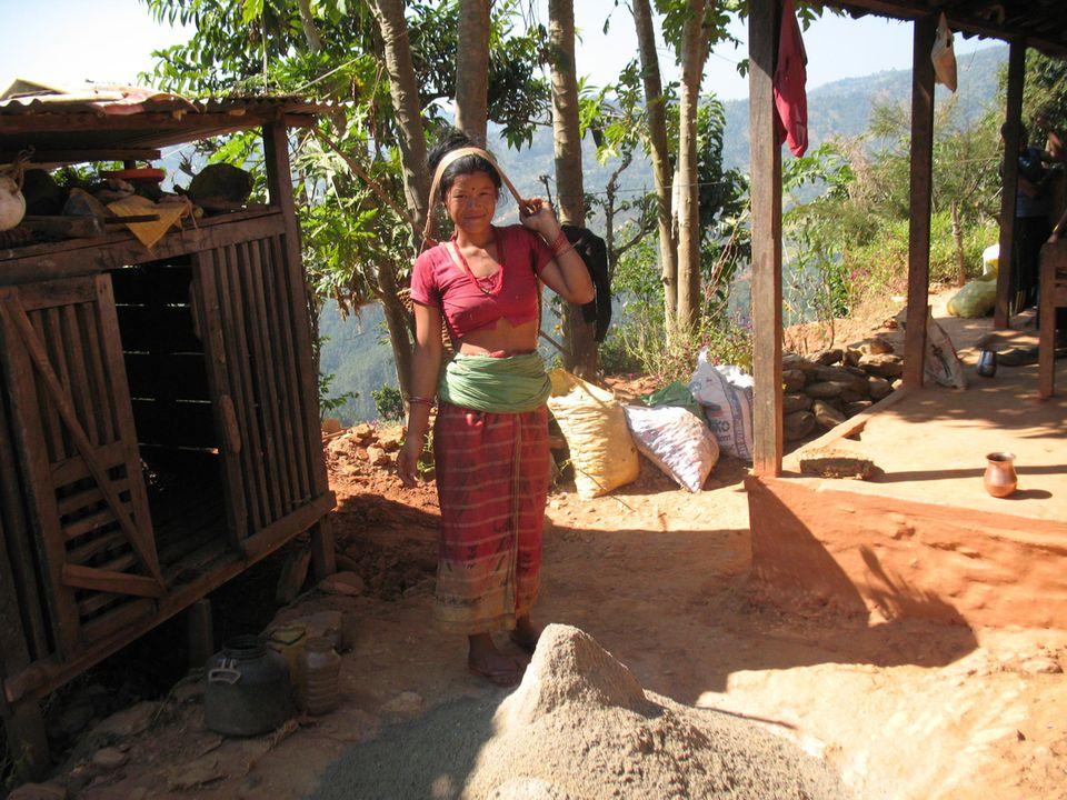Nepal: Eine Frau trägt Materialien zur Baustelle ihrer Biogasanlage