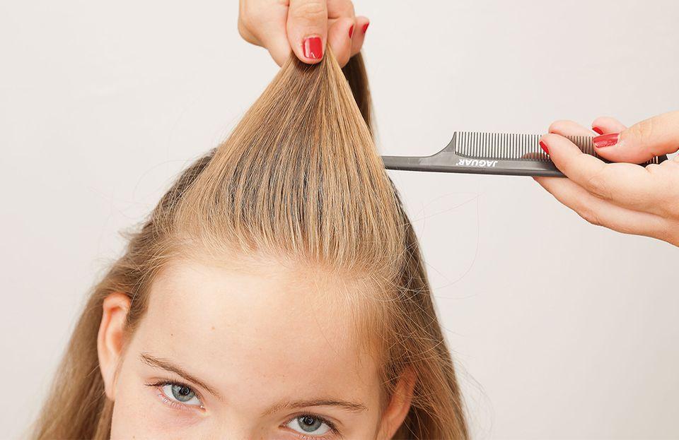 Französischer Zopf - Haare nach hinten bürsten