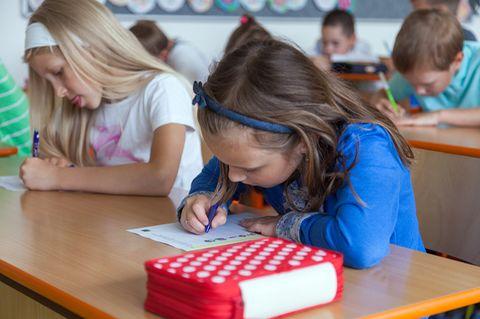 Mädchen im Klassenraum beim Diktat