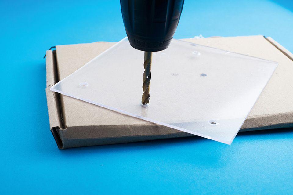 Loch für die Makrolinse des Mikroskops bohren