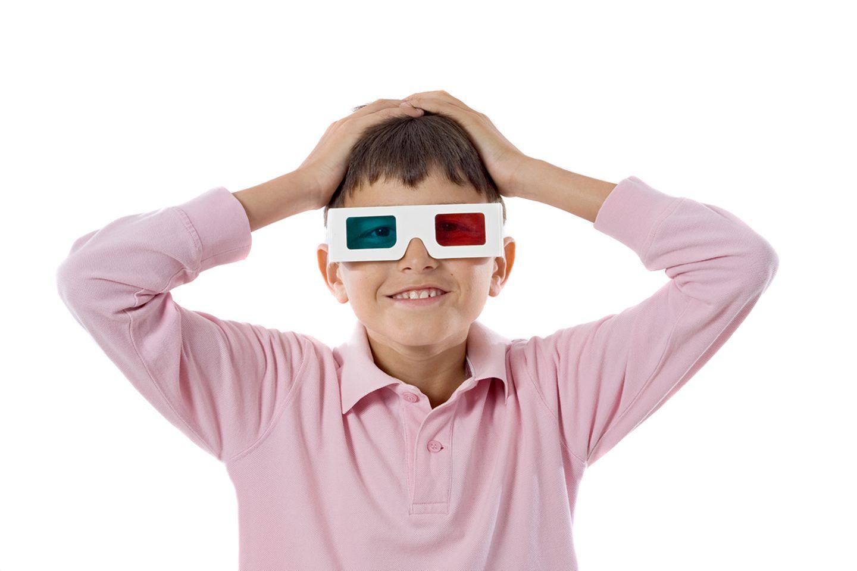 Junge trägt eine 3D Brille
