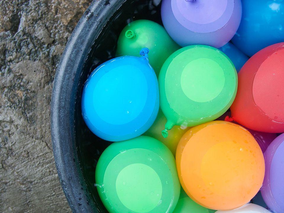 Wasserbomben in einem Bottich