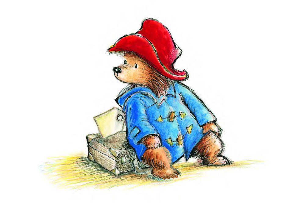 Paddington Bär sitzt auf einem Koffer