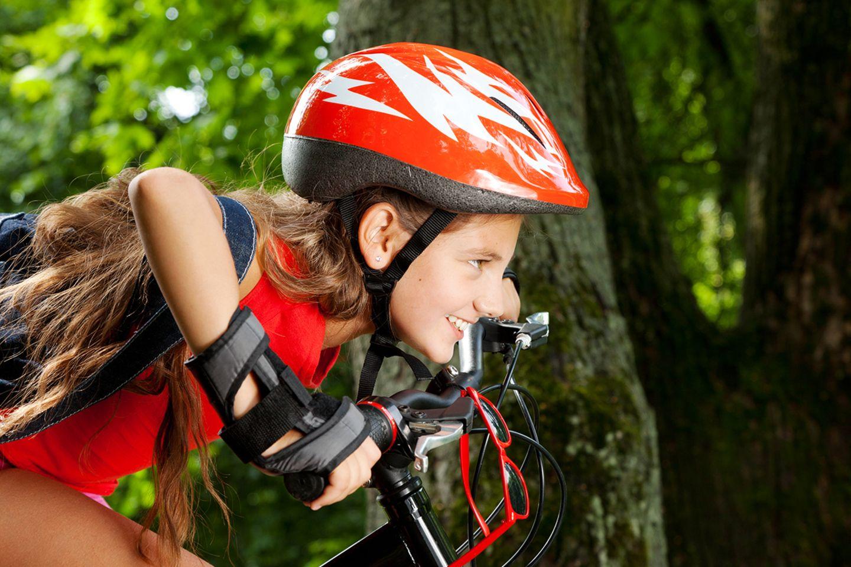 Mädchen mit Helm auf dem Fahrrad