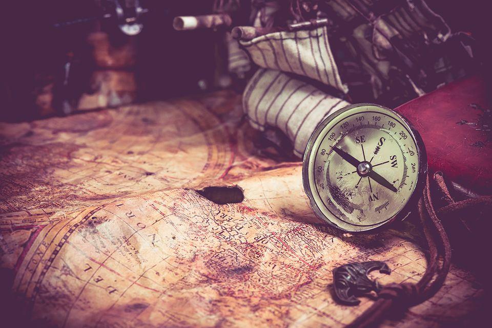 Karte, Kompass und Fernrohr