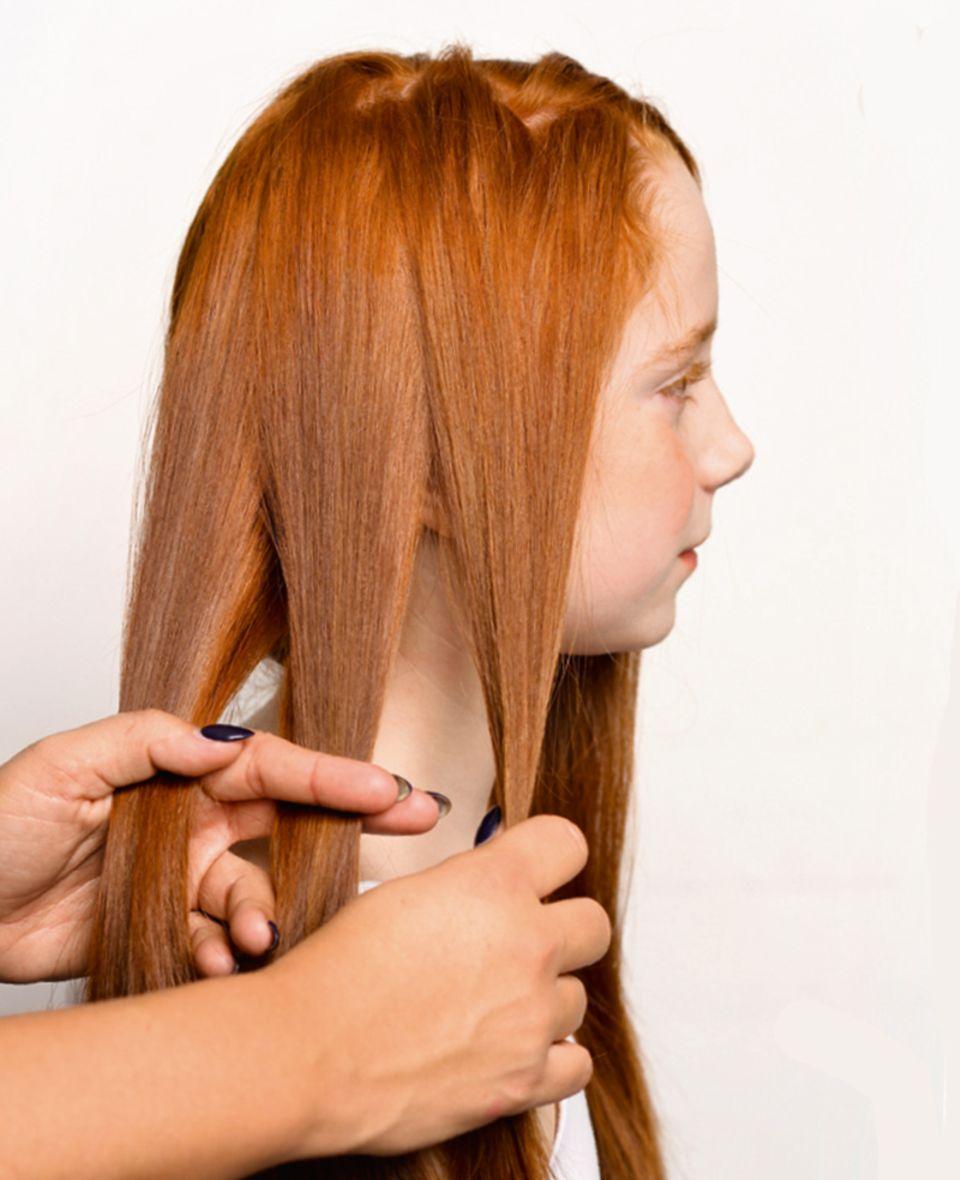 Haare teilen für die Kinderfrisur