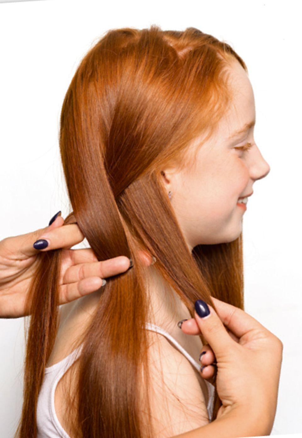 Strähnen übereinander legen für die Frisur