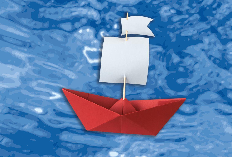 Papierschiff auf Wasser