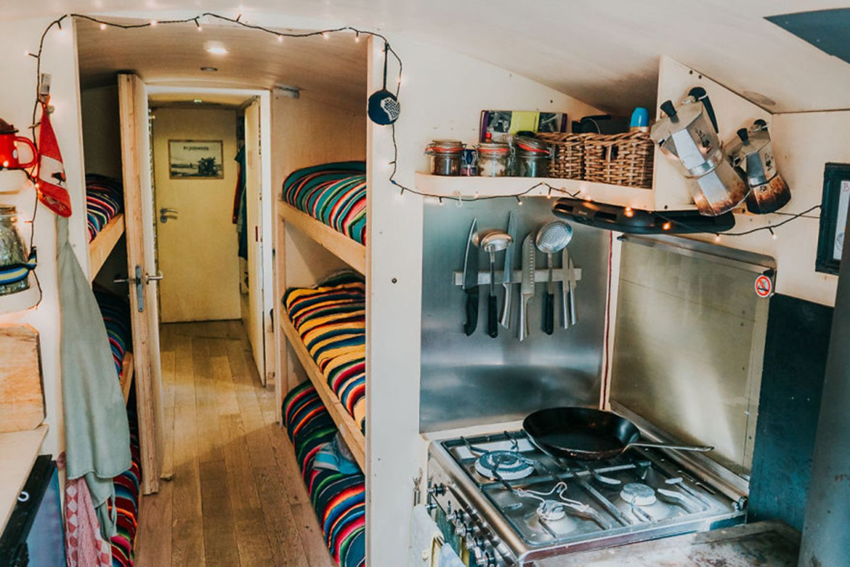 Küche und Schlafbereich rollendes Hostel
