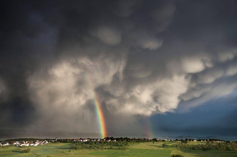Regenbogen mit dunklen Wolken