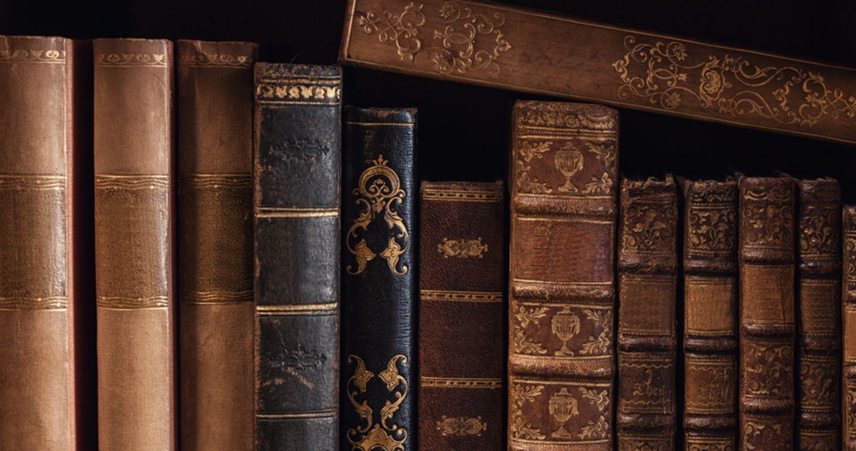 Alte Bücher im Regal