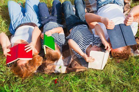 Familie liest Bücher