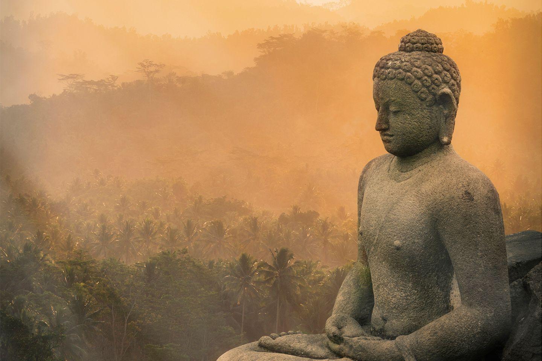 Der Borobudur Tempel mit Buddha i nIndonesien