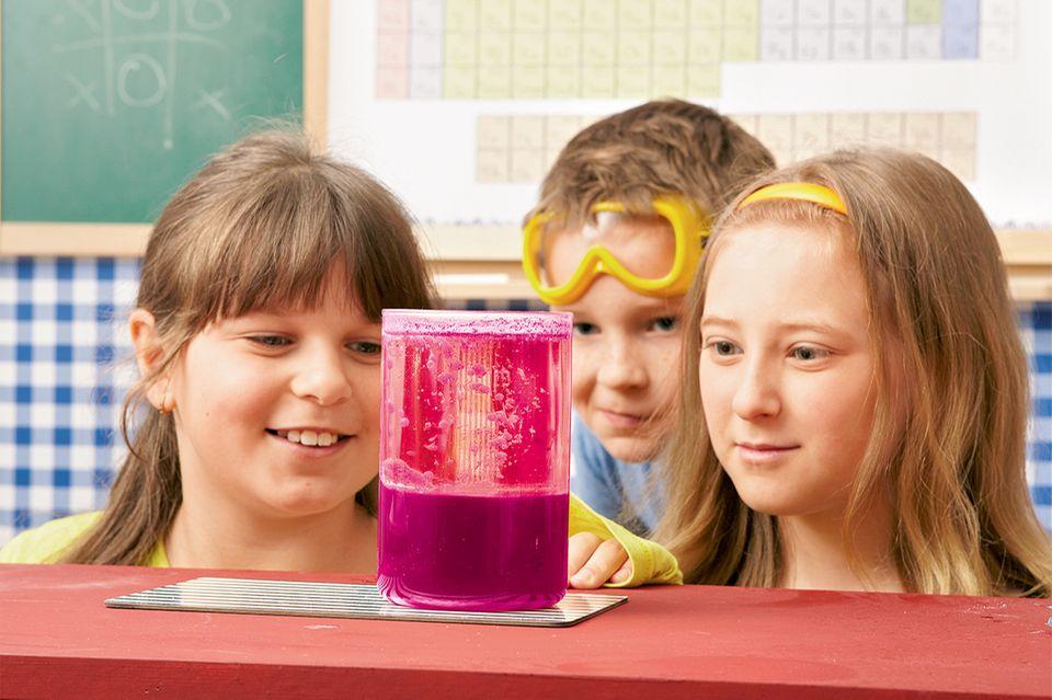 Lavalampe selber Bauen - Kinder beim Experiment