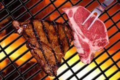 Fleisch auf dem Kohlegrill