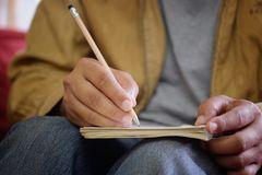 Mann schreibt Liste