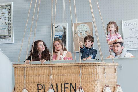Familie im Verkehrsmuseum Dresden