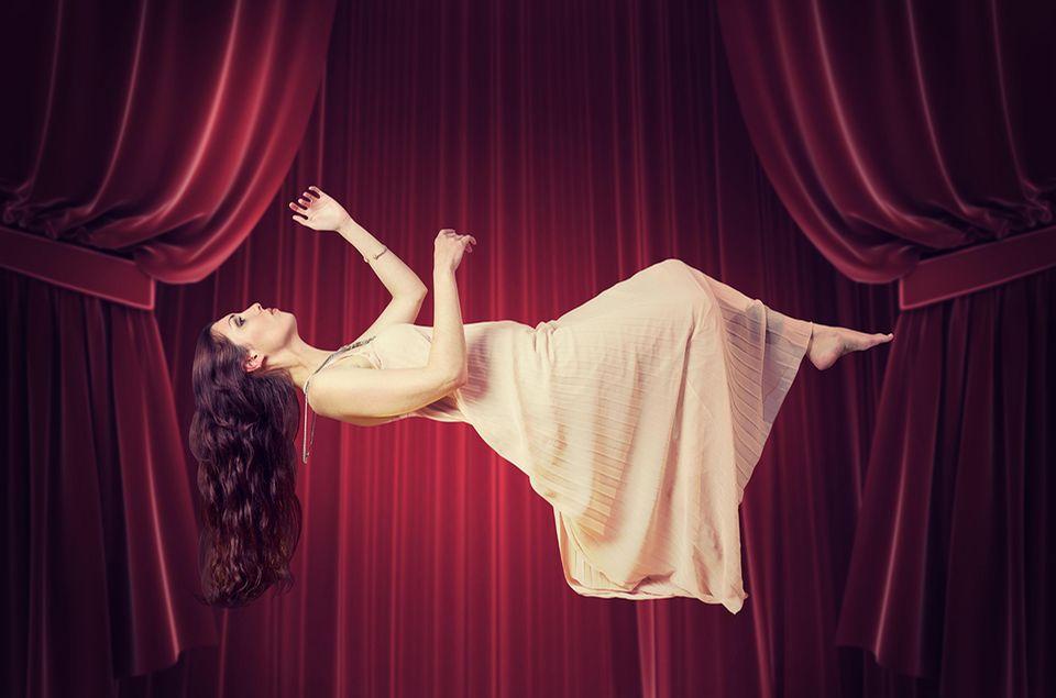 Schwebende Frau
