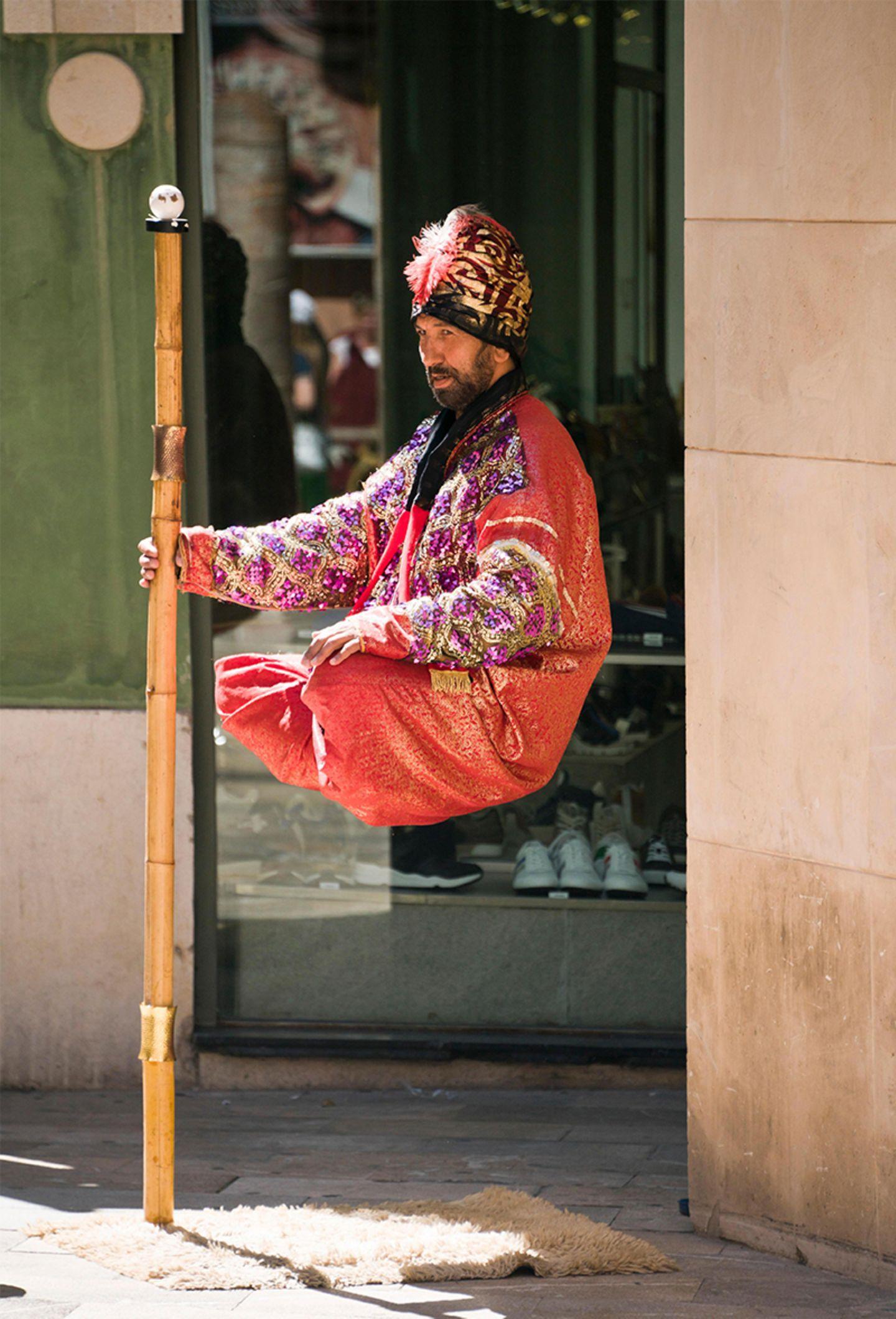 Schwebender Straßenkünstler