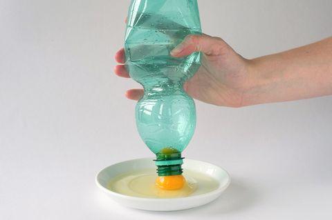 Ei mit der Flasche trennen