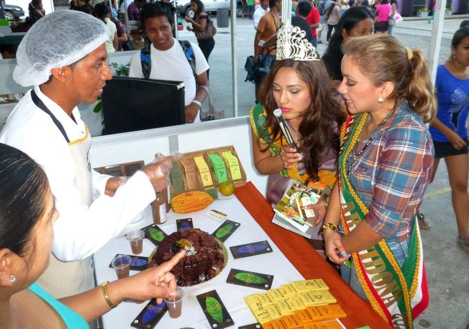 """Ecuador: Auf der """"Mesa del Cacao"""" in Tena schnuppern die Schokoladen-Königinnen auch an der Vanille von Kallari"""