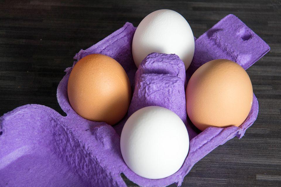 Weisse und braune Eier