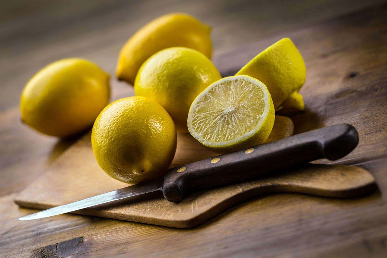 Zitronen auf einem Brett