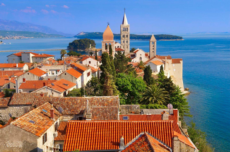 Blick über die Dächer von Rab in Kroatien