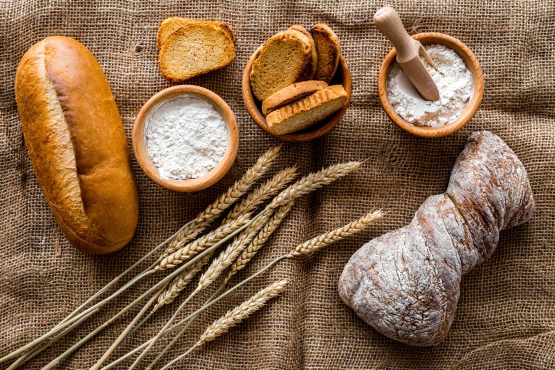 Brote mit Mehl und Getreide
