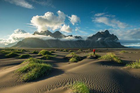 Mensch vor der Kulisse von Stokksnes auf Island