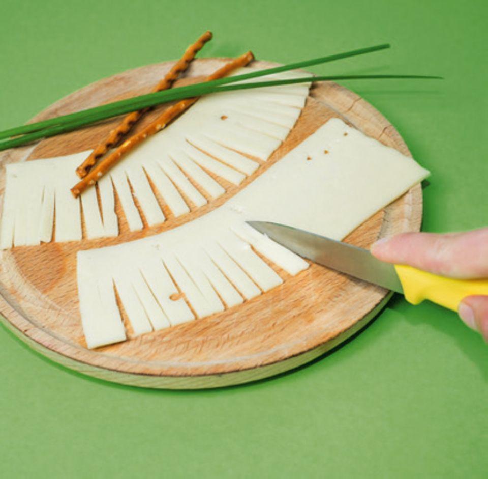 Käse für Hexenbesen einschneiden