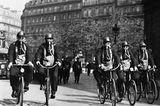 Fahrradpolizisten mit Schutzmasken