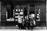 Ernest Hemingway vor einer Buchhandlung in Paris