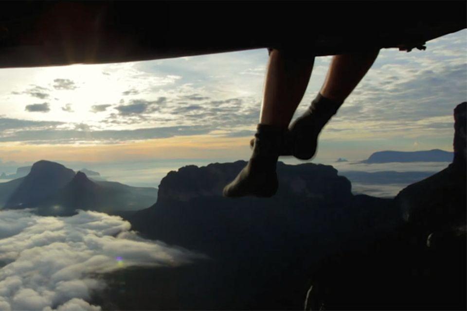 Baumelnde Beine aus einem Lager am Berg