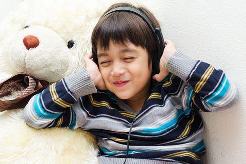 Junge hört Hörbuch