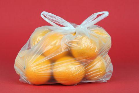 Orangen in einem Knotenbeutel