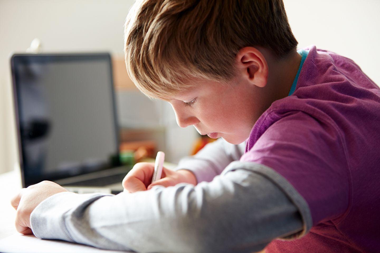 Junge lernt mit Laptop