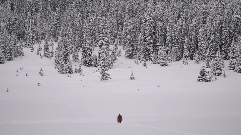 Mann im Schnee in Kanada
