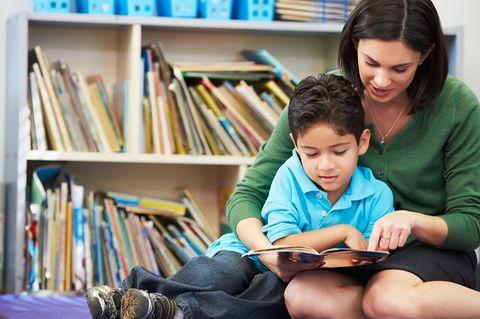 Mutter liest Kind vor