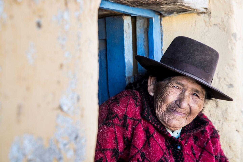 Ältere Dame mit Hut in Peru