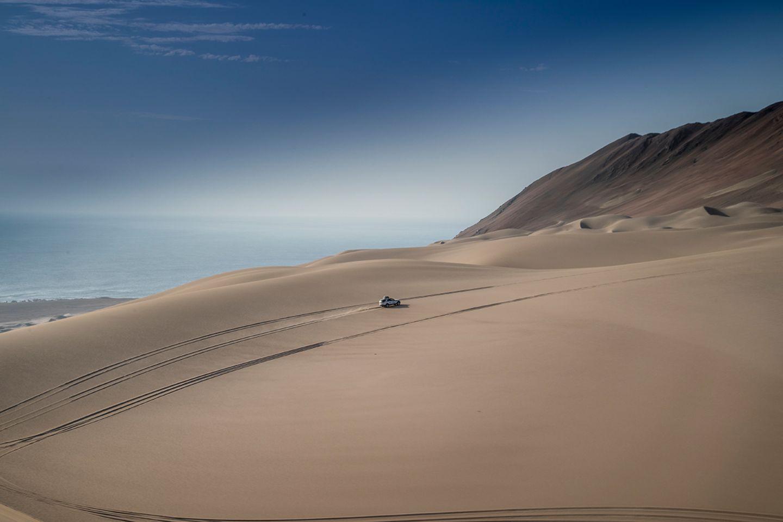 Auto in der Wüste von Peru