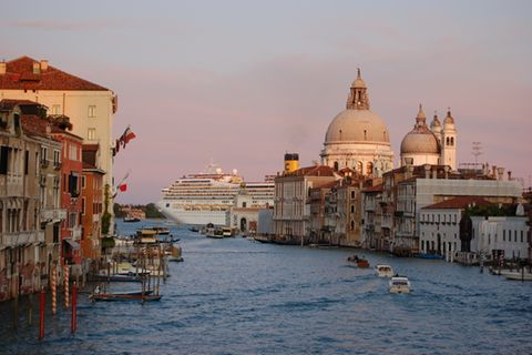 Die Altstadt von Venedig mit einem Kreuzfahrtschiff