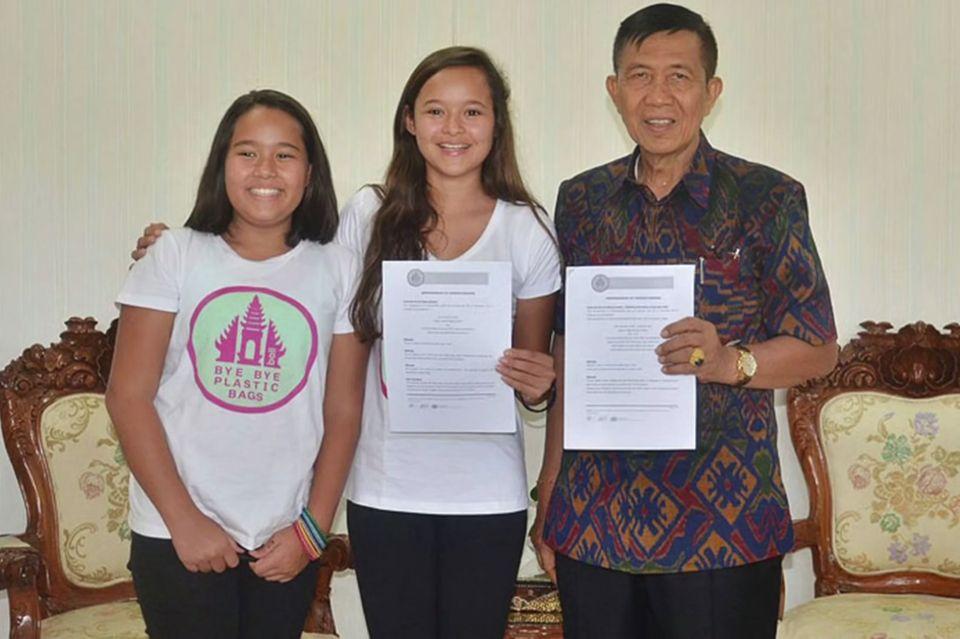 Melati und Isabel Wijsen mit dem Gouverneur von Bali