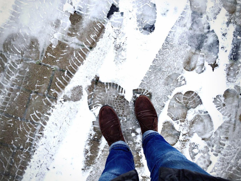 Winterdienst: Gegen winterliche Glätte helfen fegen, schippen, Sand und Kies. Salz ist vielerorts verboten
